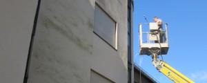 Fassadenreinigung mit einer Hebebühne