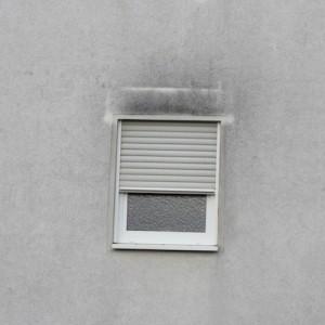 Schimmelbildung oberhalb des Fensters